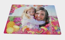 tagliere raffigurante mamma con bambino in un campo di fiori